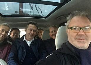GOD PLASS: Her er artikkelforfatteren med øvrige redaksjonsmedlemmer i en 7-seters RX 450h fra før oppgraderingen, men med samme plassforhold, ved en tidligere anledning. Foto: Knut Moberg