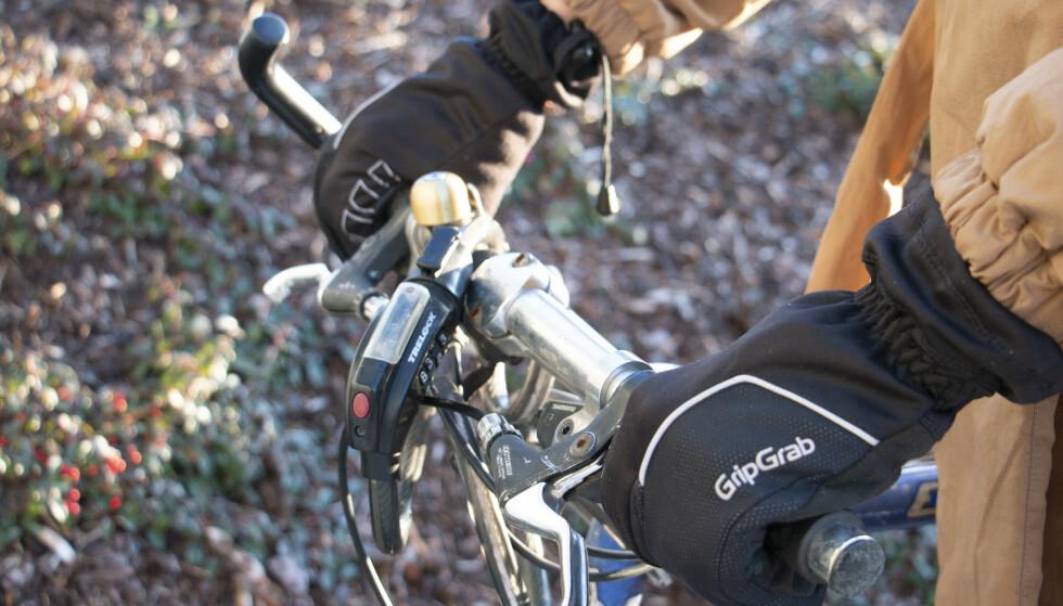 SYKKELHANSKER: Skal du sykle i vinter er det viktig å holde hendene varme, og hummerhansker er et godt alternativ til votter og vanlige hansker. Foto: Martin Kynningsrud Størbu