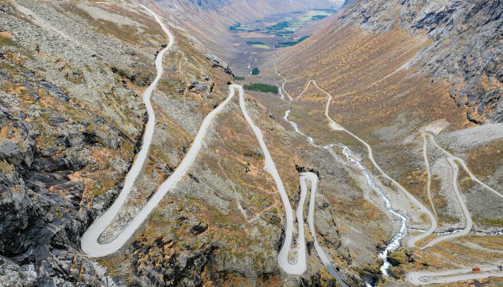 SVINGSTANG? De mange kurvene vi finner på norske veier kan være en grunn til at trafikksikkerheten er så god som den er i Norge, ifølge forsker. Foto: NTB scanpix