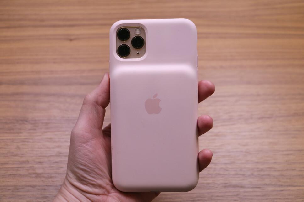<strong>FLERE FUNKSJONER:</strong> Apples Smart Battery Case gir ikke bare ekstra strøm til iPhone. Det gjør det også lettere å ta bilder raskt. Foto: Kirsti Østvang