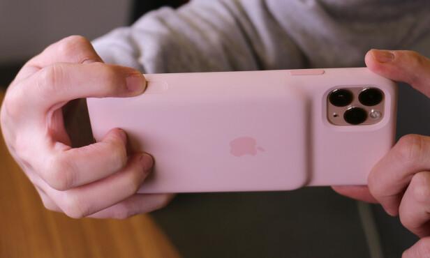 <strong>DETTE LIKER VI:</strong> Endelig får iPhone-brukere en kameraknapp. Den er litt nedsunket i siden på dekselet og er lett å treffe. Foto: Kirsti Østvang