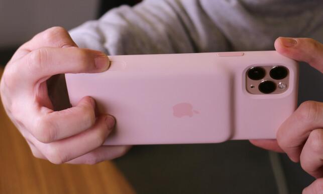 DETTE LIKER VI: Endelig får iPhone-brukere en kameraknapp. Den er litt nedsunket i siden på dekselet og er lett å treffe. Foto: Kirsti Østvang