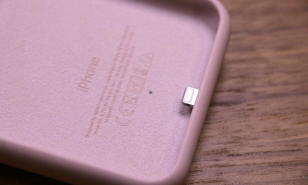 MYK INNI: Innsiden av batteridekselet er dekt med et mykt mikrofiberfôr som skal beskytte iPhone-en. Foto: Kirsti Østvang