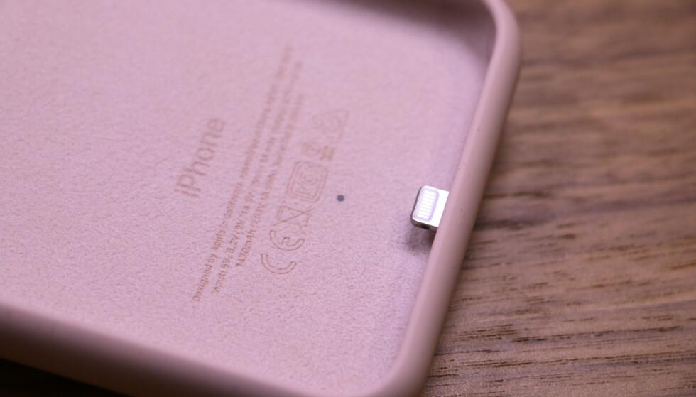 <strong>MYK INNI:</strong> Innsiden av batteridekselet er dekt med et mykt mikrofiberfôr som skal beskytte iPhone-en. Foto: Kirsti Østvang