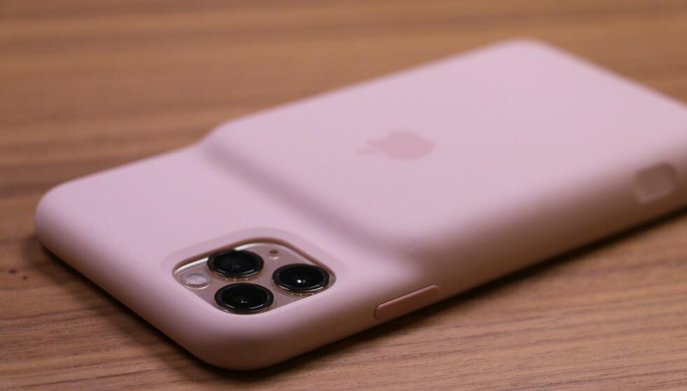 <strong>LATTERLIGGJORT:</strong> Vitsene satt løst da Apple lanserte sitt første Smart Battery Case. Pukkelrygg-designet har fått gjennomgå i sosiale medier. Foto: Kirsti Østvang
