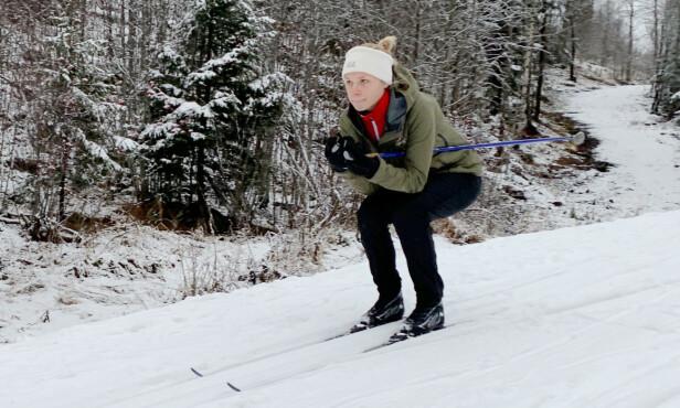 SMØRER HELLER: Dinside-journalist Eilin Lindvoll foretrekker smøreski, selv om hun har latt seg imponere over felleskiene under testene de to siste årene. Foto: Berit Njarga.