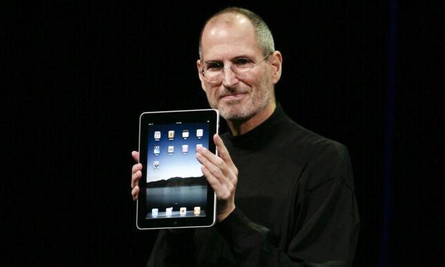 Steve Jobs viser frem den første iPaden. Foto: Ryan Anson / AFP / NTB Scanpix