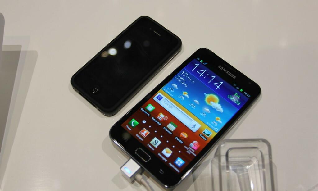 Den første Note-telefonen fra Samsung var ENORM sammenlignet med iPhone 4 og andre mobiltelefoner i 2011. Foto: Øivind Idsø