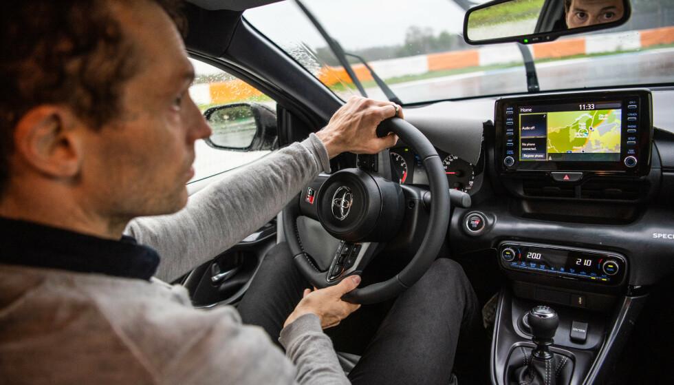 FOKUS: Det krever konsentrasjon og riktig kjøreteknikk for å få det meste ute av GR Yaris. Banekjøring er krevende og du blir for avkledd som sjåfør hvis teknikken ikke sitter. Foto: Jayson Fong