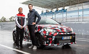 STOLT: Vår journalist Jamieson Pothecary sammen med Naohiko Saito, sjefsinginør for Toyota Gazoo Racing er forføyd med resultatet. Foto: Jayson Fong