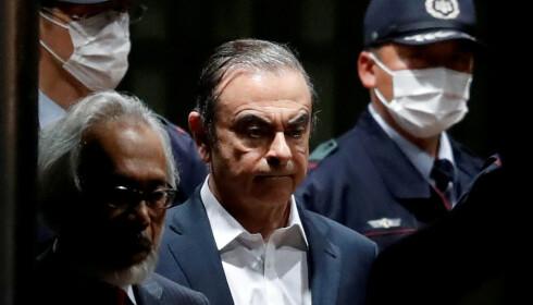 <strong>BETINGET FRI:</strong> Her ledes Carlos Ghosn ut fra fengselet i Tokyo 25. april 2019, etter å ha sittet inne i 108 dager siktet for misbruk av midler som tilhørte Nissan, som han var toppsjef for. Foto: REUTERS/Issei Kato/File Photo