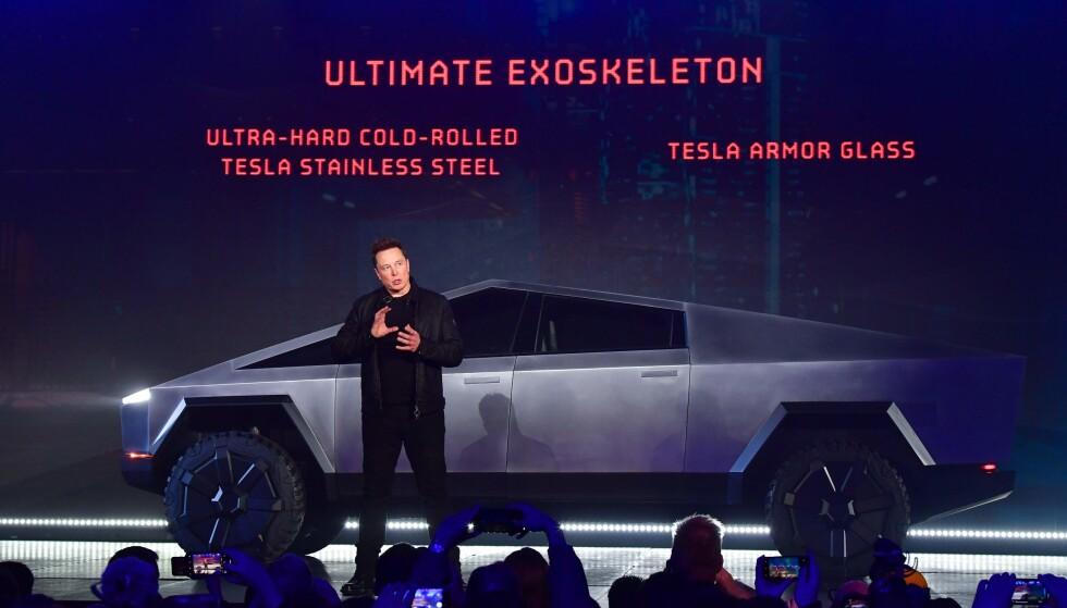 <strong>DESIGN-REVOLUSJON:</strong> Dette vil også 2019 bli husket for. Teslas toppsjef Elon Musk overrasket, ikke overraskende, alle ved avdukingen av den kommende elektriske pickup-en Cybertruck. Foto: AFP-NTB/Scanpix