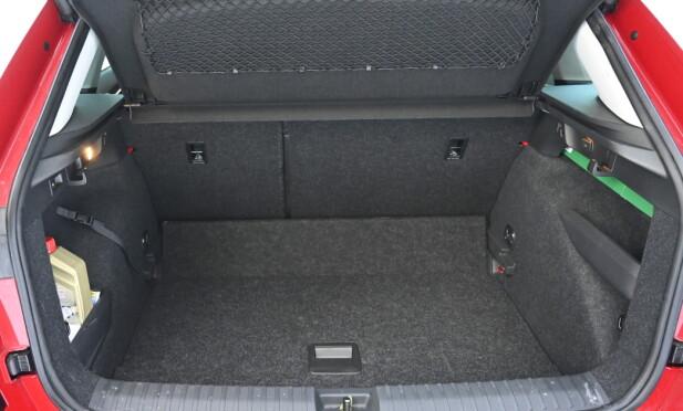 PRAKTISK: Her ser du bagasjerommet i laveste posisjon. Med flatt gulv økes høyden med ca. 10 cm. Foto: Rune M. Nesheim