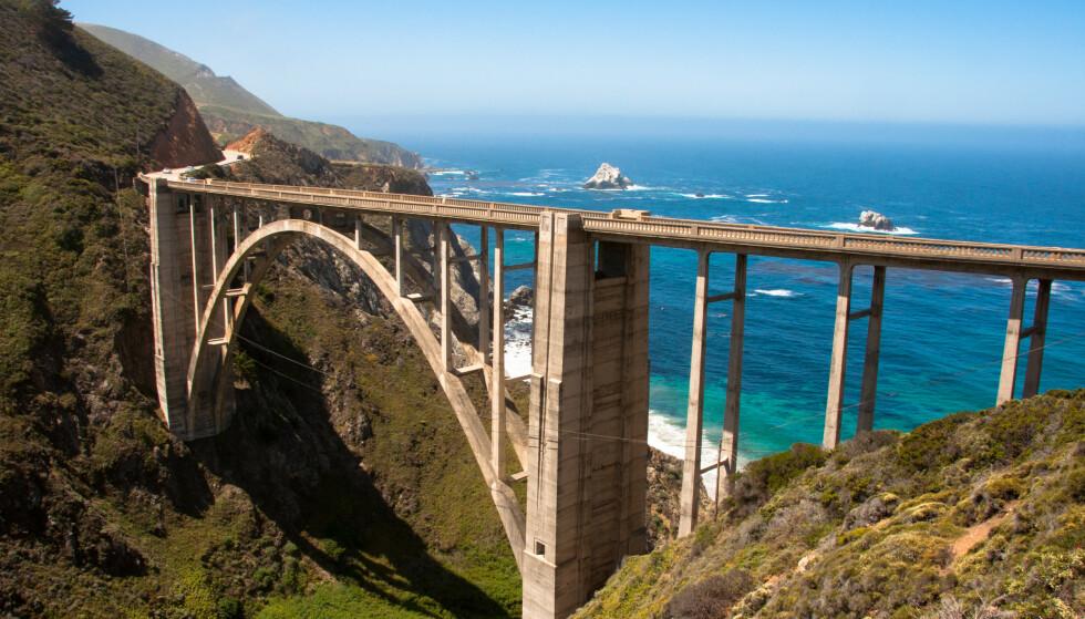 ROAD TRIP-FAVORITT: Big Sur i California er et sted mange drar for en kjøretur, noe som har gjort området preget av slitasje. Bildet viser Bixby Bridge. Foto: Shutterstock/NTB Scanpix.