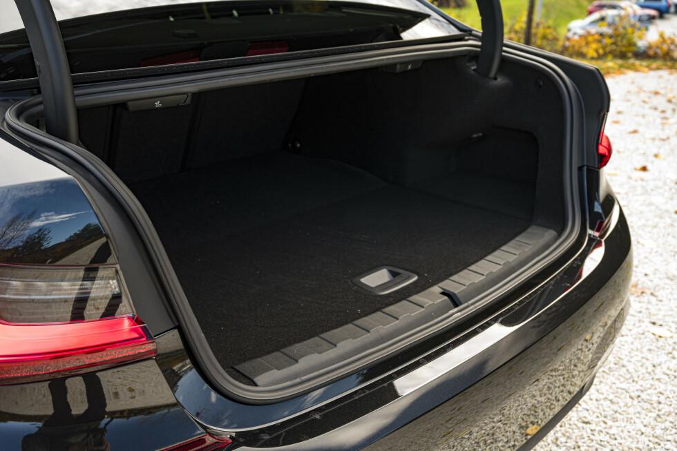 IKKE STØRST: Bagasjerommet i sedanen er mindre enn enkelte biler i B-segmentet, men vil romme nok for mange. Foto: Jamieson Pothecary