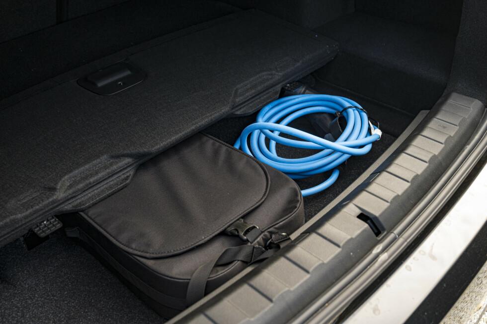 EKSTRA ROM: Bakre del av bagasjerommet har et ekstra rom under gulvet. Gull verd for biler med ledning. Foto; Jamieson Pothecary