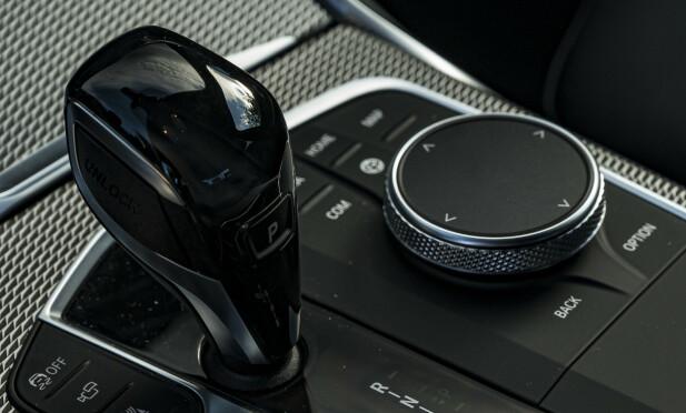 iDrive: BMW tviholder på systemet de lanserte i BMW 5-serie i 2005 og det er vi glade for. Dette er den beste måten å betjene multimediaskjermen på. Kortkomandoene er rundt vrihjulet og styreflaten på toppen lar deg enkelt skrive bokstaver. Foto. Jamieson Pothecary.
