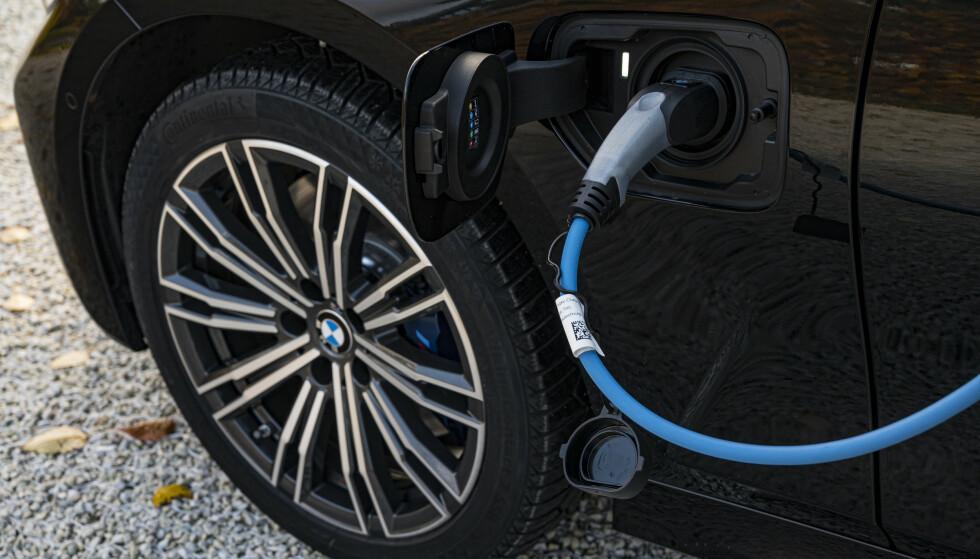 LADBAR: Kontakten som gjør 3-serien billig. Elektrisk rekkevidde gjør bilen avgiftsfri og billig. Legg merke til pakningen på lokket som gjør at du slipper det lille plastlokket over kontakten. Små kjekke løsninger i hverdagen. Foto: Jamieson Pothecary