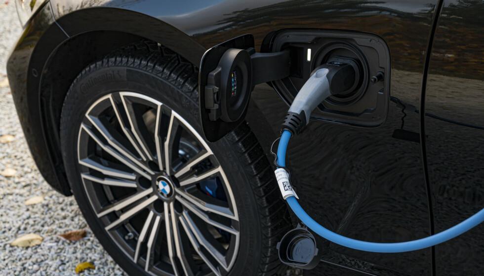 <strong>KAN BRENNE:</strong> Dersom batteriet i din ladbare BMW er fulladet, kan det i aller verste fall kortslutte. Foto: Jamieson Pothecary