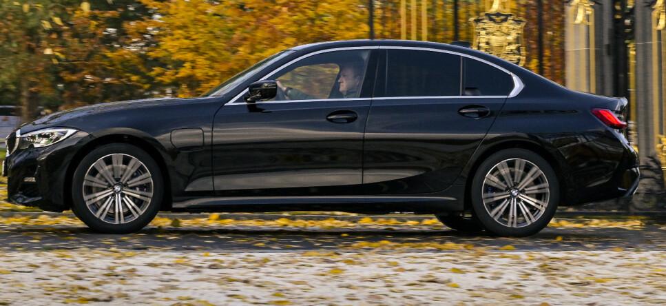 GAVEPAKKE: 3-serien er BMWs beste kombinasjon av plass og sportslighet. Mens 1-serien har mistet det litt og 5-serien er blitt stor og veldig komfort-orientert, er 3-serien blitt stor nok for familien, samtidig som den føles kompakt og sporty bak rattet. 330e mangler noe, men er en fristende prisvinner. Foto: Jamieson Pothecary