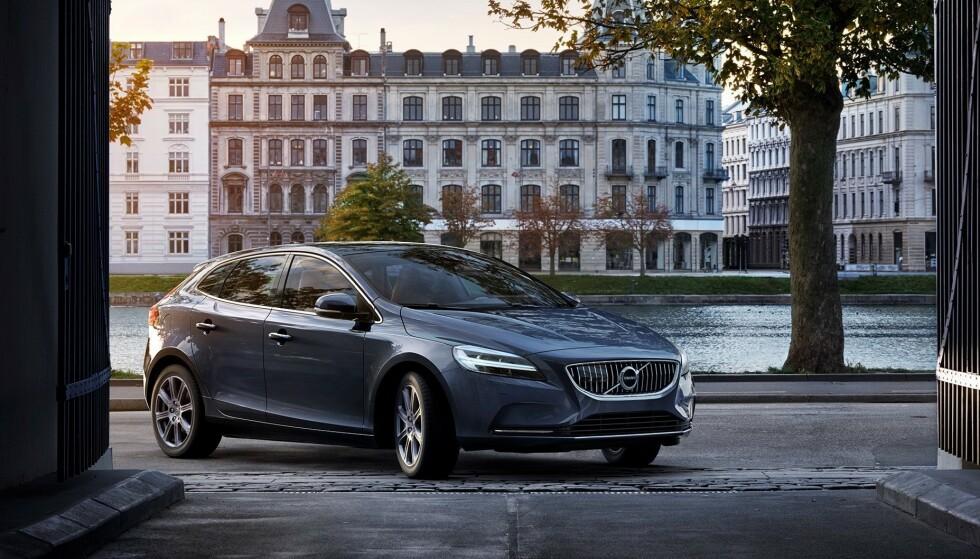 FORSVANT: Volvos minste bil, V40, ble tatt ut av produksjon i sommer. Den var bygget på en gammel plattform som ikke kunne elektrifiseres. Foto: Volvo