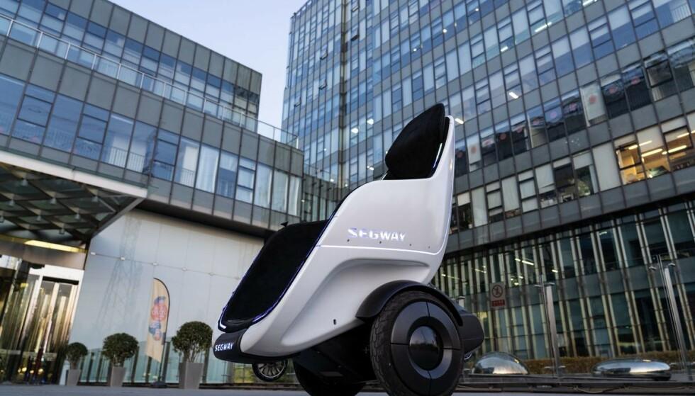 FREMTIDENS FREMKOMSTMIDDEL?: Segway viser frem en farkost som er en krysning mellom en ståhjuling og en rullestol. Foto: Segway