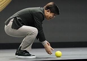 RULLET PÅ PLASS: Ballie rullet rett i hendene på Samsung-sjefen da han ga kommandoen for det. Foto: John Locher/AP/NTB Scanpix