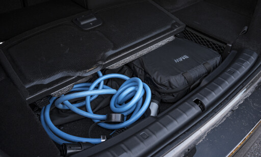 FLATT GULV: I motsetning til nærmeste konkurrent Mercedes, har både 3- og 5-serien flatt bagasjeromsgulv. Det er litt plass under gulvet helt bakerst i bagasjerommet. Foto: Rune M. Nesheim