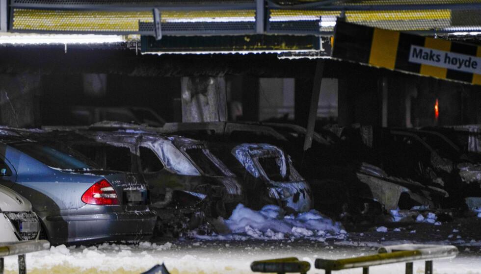 BILBRANN: Blir det oftere brann i en elbil? Brannen i parkeringshuset på Sola viste seg å skyldes en dieselbil som tok fyr. Foto: NTB Scanpix