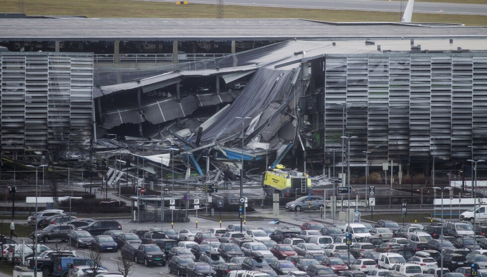 <strong>STOR SKADE:</strong> Hundrevis av skademeldinger renner nå inn hos forsikringsselskapene etter brannen i parkeringshuset på Stavanger lufthavn. Foto: Carina Johansen / NTB Scanpix