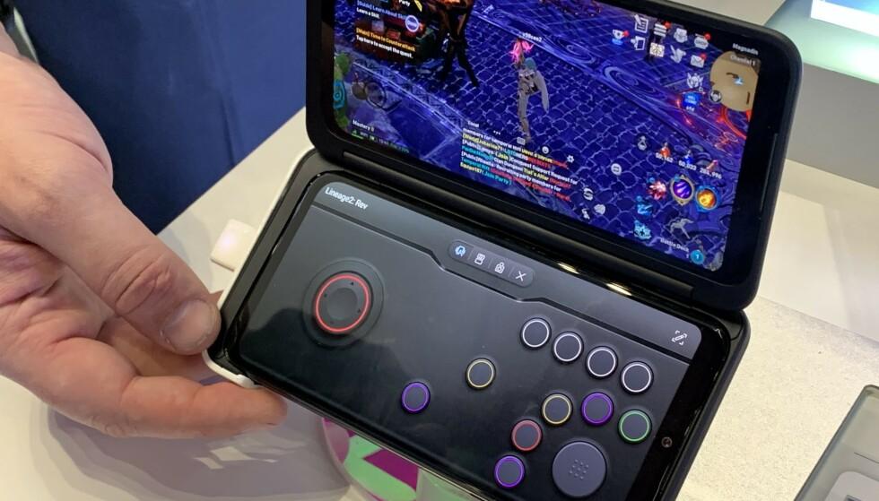 SPILLKONSOLL: Her brukes mobilskjermen som spillkontroll, mens spillet vises på tilleggsskjermen. Foto: Bjørn Eirik Loftås