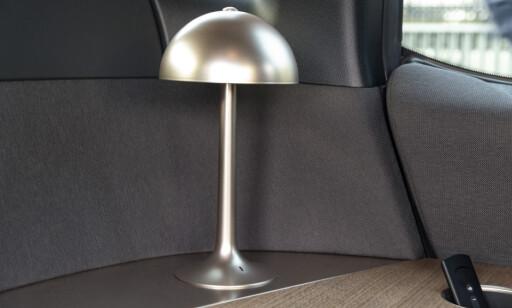 RART: Vi har sett mye rart i biler, men en bordlampe ble litt vrien for oss å ta seriøs. Foto: Jamieson Pothecary