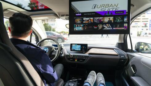 INTERAKTIVITET: Med 5G i bilen, kan du strømme filmer, ha videokonferanser eller drive med skybasert gaming. 5G gir også autonome muligheter som ikke har vært mulig før med 4G. Foto: Jamieson Pothecary