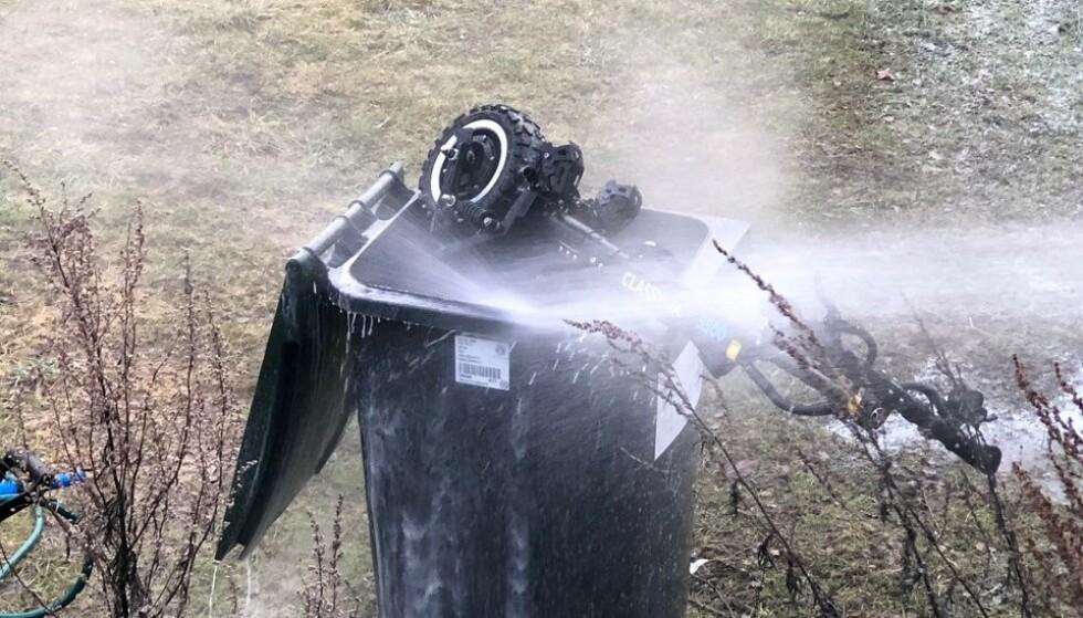 TOK FYR: Her slukker brannvesenet brann i en elektrisk sparkesykkel ved å putte den i ei søppelbøtte fylt med vann. Foto: Brannvesenet i Oslo/Twitter