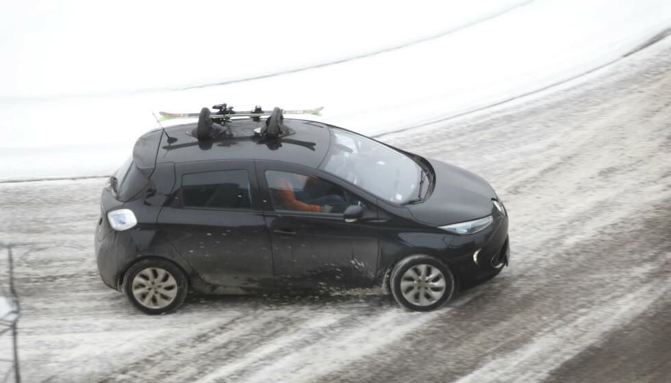 IKKE LOV: Det er flere elbiler som ikke kan eller har lov til å ha last på taket. Renault Zoe er én av dem - heller ikke med sugekopp-stativ, som på bildet. Foto: Espen Stensrud
