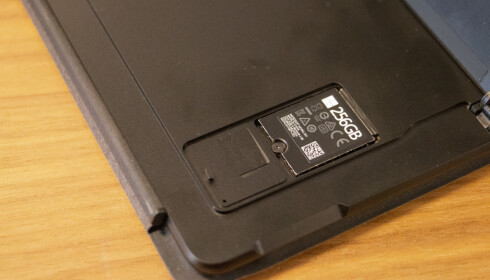 ENDELIG: Microsoft gjør det enkelt å bytte SSD-brikke. Nedenfor kan du sette inn et nano-SIM-kort. Foto: Martin Kynningsrud Størbu