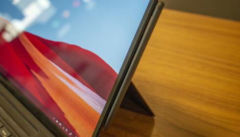 Du kan også feste pennen magnetisk til siden av Surface Pro X. Foto: Martin Kynningsrud Størbu