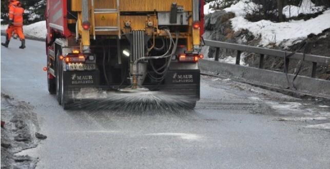 IKKE BRA: Veisaltet gir både skader på miljøet og bilparken. I fjor vinter ble det brukt i underkant av 300.000 tonn på norske veier. Foto: Kjell Wold, Statens vegvesen