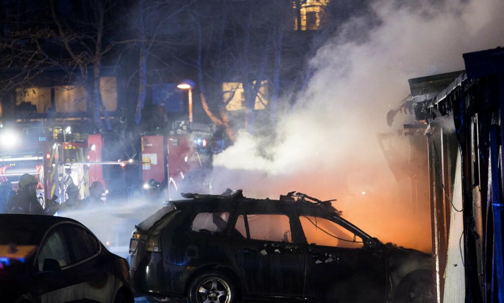 BILBRANN: Diesel- og bensinbiler topper statistikken over bilbranner de siste årene. Her fra en brann i et garasjeanlegg i Oslo i 2019. Foto: NTB Scanpix
