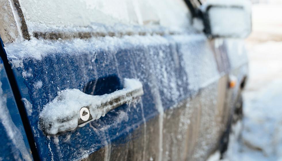 BOM FAST: Om bildører og lås er nedfrosset, kan du løse dette på flere måter. Få tipsene i artikkelen under. Foto: NTB Scanpix.