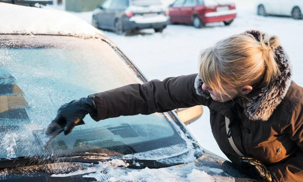 IKKE BRUK SKRAPE: De tre ekspertene vi har snakket med anbefaler å ikke bruke skrape for å fjerne isen fra bilruta. Foto: NTB Scanpix.