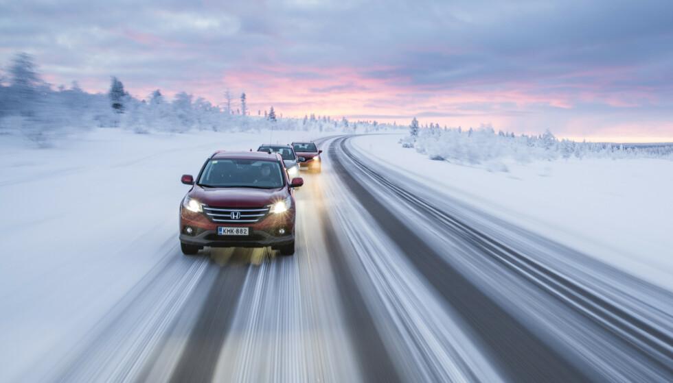 HANDLER OM SIKKERHET: På is gir piggdekk kortere bremsestrekning og bedre sidegrep. Du kjører rett og slett sikrere enn med piggfrie dekk. Foto: Markus Pentikainen