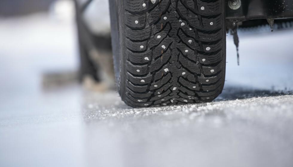 PIGGENE BITER: På is biter piggene og gir de sikreste kjøreegenskapene. Bremsestrekningen blir betydelig kortere og sidegrepet holder bedre. Foto: Markus Pentikainen