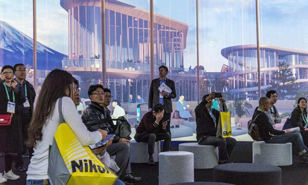 UTOPIA: Folk kom, de satt, de så på, og de skjønte lite av det. Med Toyota Ai Ventures kan du søke om stipend for å utvikle fremtidens Smart City teknologi. Foto: Jamieson Pothecary