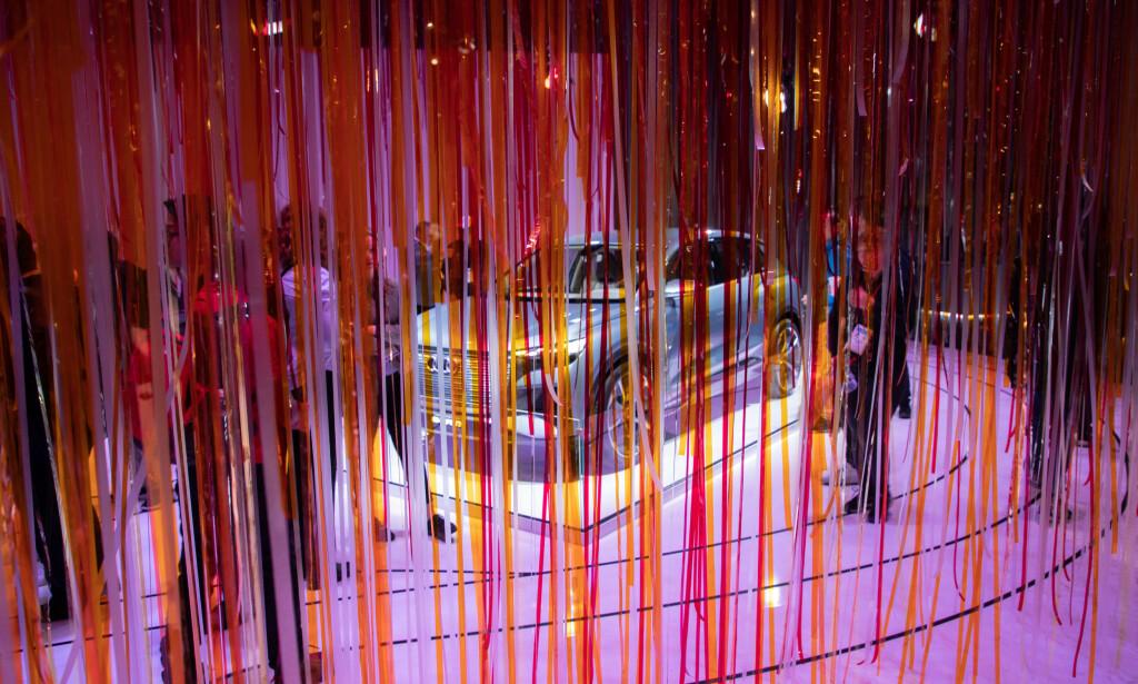 GJEMT: Bak plastgardinen fant vi frem til Audi sin nye Audi e-tron Sportback 55 quattro (bildet) og AI:ME konseptbil. Foto: Audi