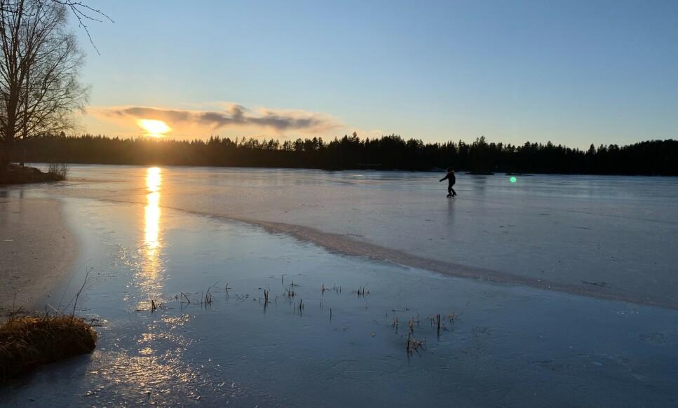 FRISTENDE IS? Sjekk isvarslene, og sjekke selve isen, før du ferdes på islagte vann fremover. Foto: Berit B. Njarga