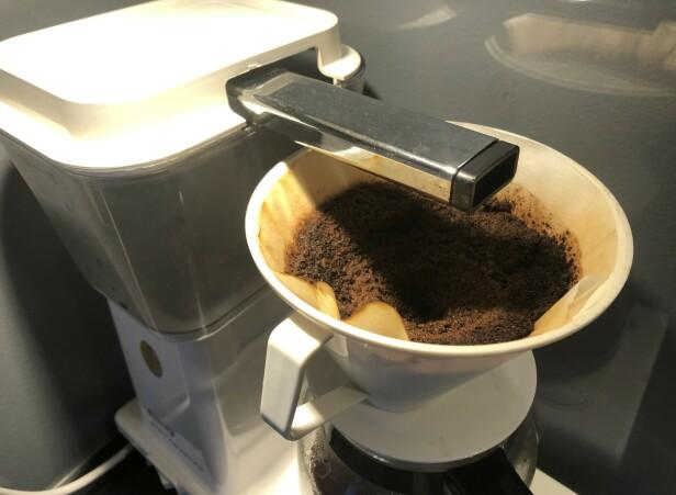 <strong>IKKE KAST DEN:</strong> Neste gang du har brygget kaffe, gjør du lurt i å ta vare på kaffegruten. Foto: Linn Merete Rognø.