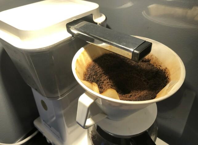 IKKE KAST DEN: Neste gang du har brygget kaffe, gjør du lurt i å ta vare på kaffegruten. Foto: Linn Merete Rognø.