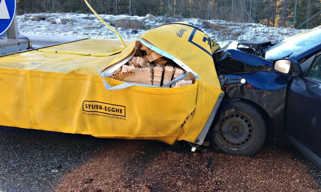 «Kl.11.25 rykket mannskapene ved stasjon Kopstad ut etter melding om at en personbil hadde kjørt inn i en putebil som sikret pågående veiarbeid på E18 sydgående ved Løkentunnelen, Holmestrand», skrev Vestfold Interkommunale Brannvesen på Facebook 27. desember.