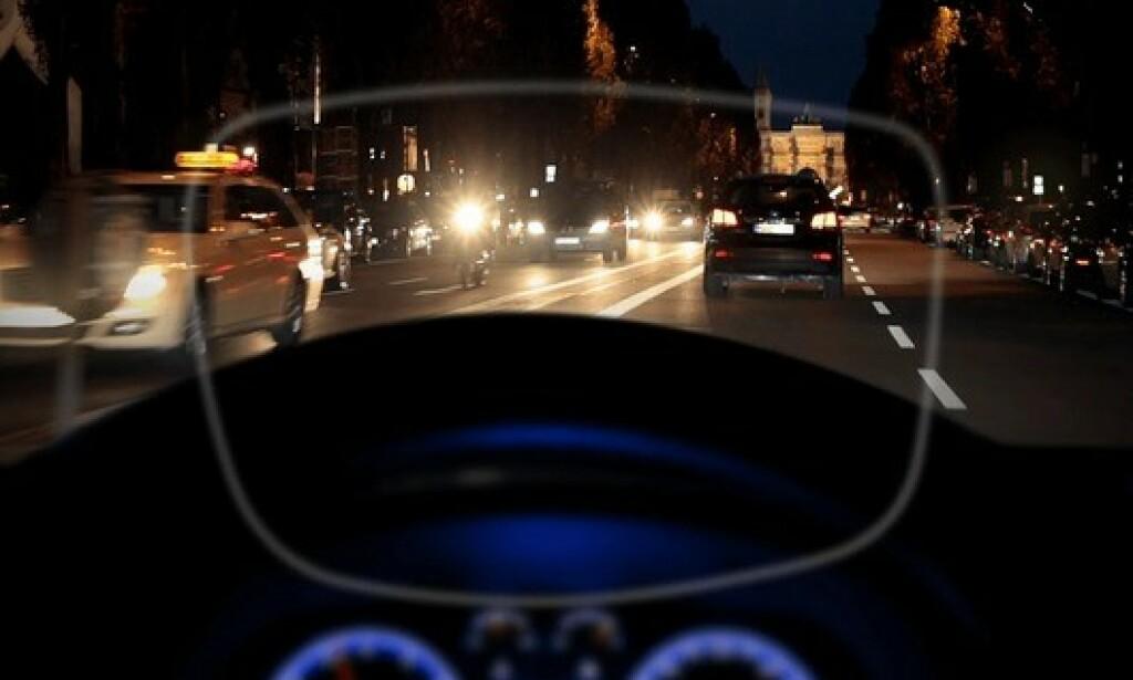 BEDRE MED BRILLER: Det finnes briller som er spesielt tilpasset kjøring i mørke. De tar blant annet bort uønsket refleks og andre forstyrrelser. Foto: Zeiss